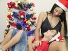 Jennifer de Paula posa com o filho em clima de Natal: 'Fama me assusta'
