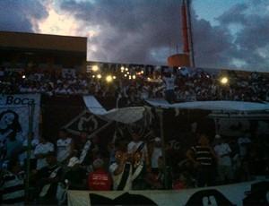 Estádio Presidente Eurico Gaspar Dutra sem luz, torcida com celular (Foto: Lucas de Senna/TVCA)