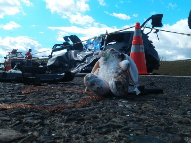 Pertences das vítimas que estavam no carro ficaram espalhados na pista da BR-381 (Foto: Tiago Lopes/Inter TV dos Vales.)