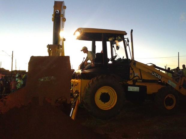 Trator foi usado para ajudar no resgate (Foto: José Carlos Bizaia/TV Super Ativa)