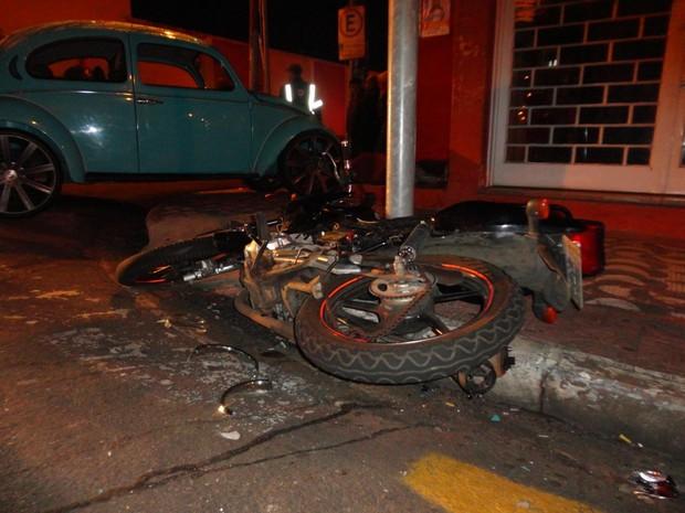 Carro e moto se chocaram em cruzamento na região central (Foto: Thiago Caporasso)