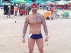 Ex-BBB Rodrigo curte praia no Recife e mostra abdômen sarado