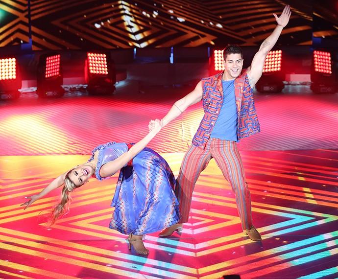 Mayara e Arthur se apresentam no 'Dança' (Foto: Carol Caminha/Gshow)