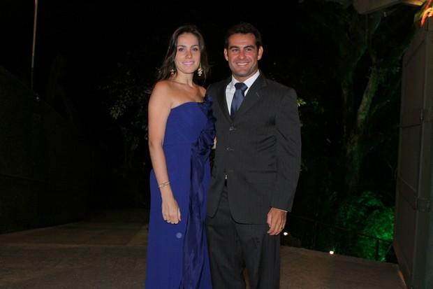 Thierry Figueira e a mulher no casamento de Renata Dominguez (Foto: Thyago Andrade / Foto Rio News)