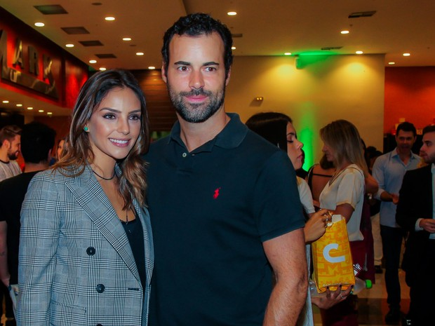 Carol Celico e o namorado, Eduardo Scarpa, em pré-estreia de filme em São Paulo (Foto: Manuela Scarpa/ Brazil News)