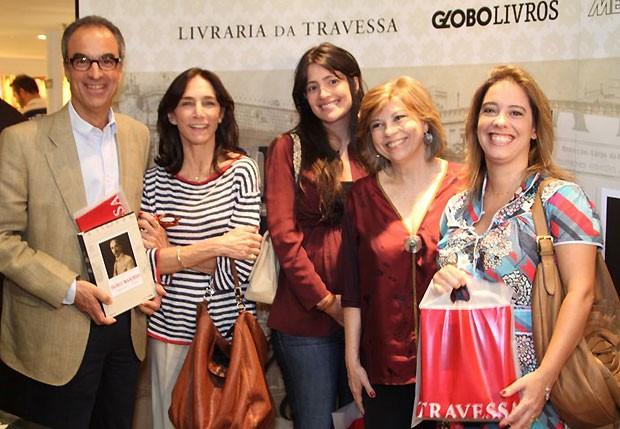 João Roberto Marinho acompanhado de sua mulher, Gisela, e da filha, Luisa, posa com a autora, Maria Alice Rezende de Carvalho, e sua sobrinha, Flavia, filha de José Roberto Marinho (Foto: Anderson Borde/Agnews)