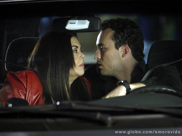 Os dois ficam bem sem jeito depois do beijo... (Foto: Amor à Vida/TV Globo)