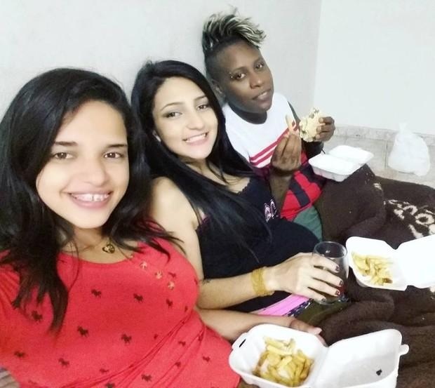 Pepê, a mulher, Thalyta Santos, e uma amiga comendo um lanche  (Foto: Reprodução / Facebook)