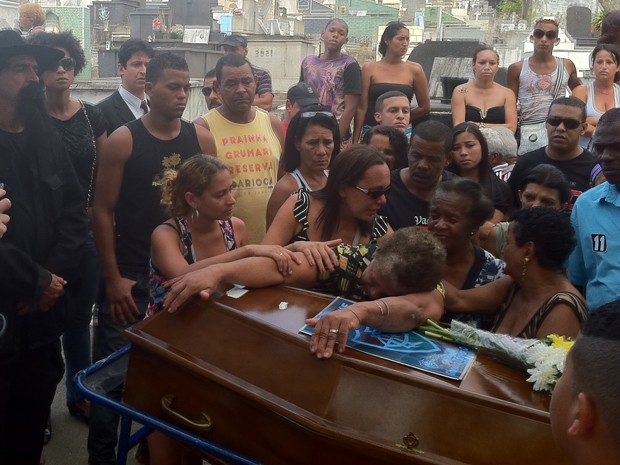 Avó do jovem Josias chora sobre o caixão do neto no enterro (Foto: Renata Soares/G1)