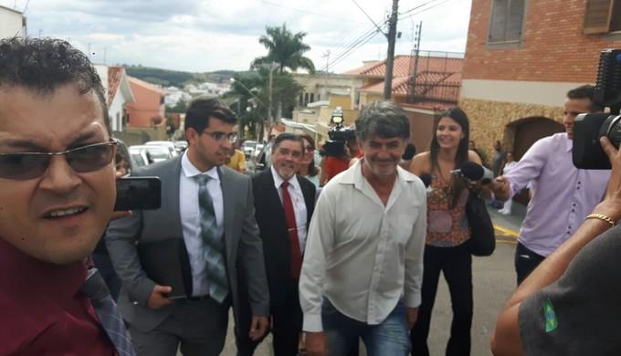 Diretor do Boa Esporte, Rildo Moraes e advogado de Bruno, Lúcio Adolfo, chegam ao Fórum em Varginha (Foto: Régis Melo)