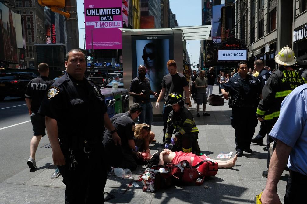 Equipes de emergência atendem pessoa ferida em atropelamento nesta quinta-feira (18) em Nova York (Foto: Jewel SAMAD / AFP)