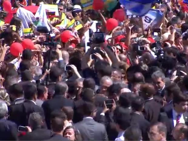 Dilma cumprimenta apoiadores na saída do Planalto (Foto: Reprodução/NBR)