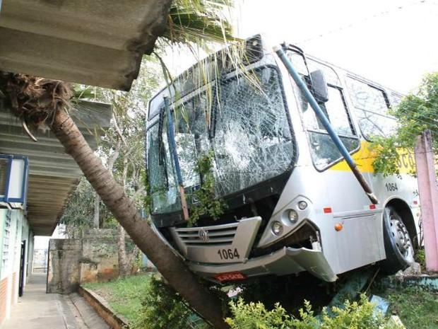 Ônibus escolar desgovernado derruba grade de escola em Salto (Foto: Arquivo pessoal)