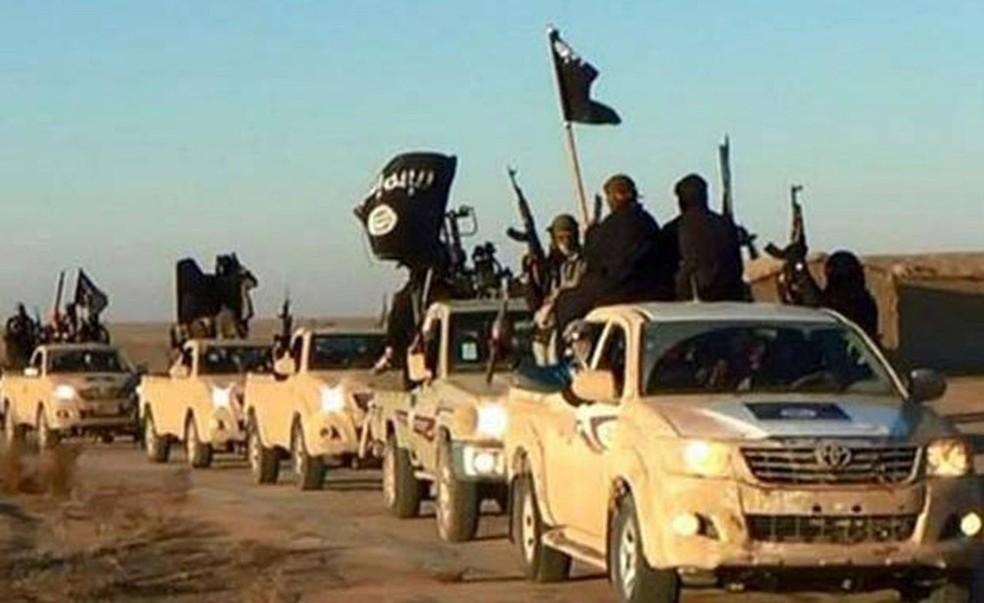 Jihadistas do Estado Islâmico exibem suas armas e bandeiras do grupo em comboio em uma estrada de Raqqa, na Síria, em maio de 2015 (Foto: Militant website / via AP Photo )
