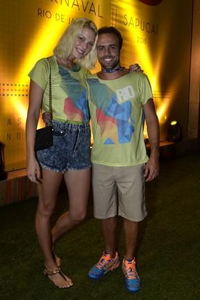 Roger Flores e Betina Schmidt no carnaval do Rio de Janeiro (Foto: Roberto Teixeira/ EGO)