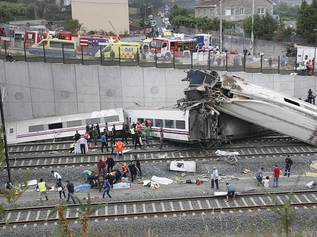 Pelo menos 35 pessoas morreram nesta quarta-feira (24) no descarrilamento de um trem de passageiros em Santiago de Compostela, no noroeste da Espanha (Foto: Oscar Corral/EFE)
