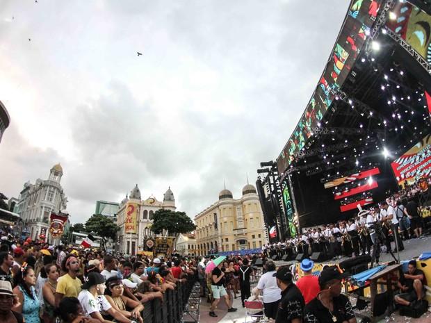 O dia já raiava e os foliões não arredavam o pé do Marco Zero (Foto: Aldo Carneiro/Pernambuco Press)