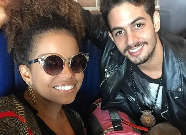 Jeniffer Nascimento viaja com namorado e pet