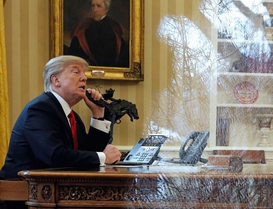 O presidente  Donald Trump fala por telefone com o rei Salman,da Arábia Saudita. (Foto:  Jonathan Ernst / Reuters)
