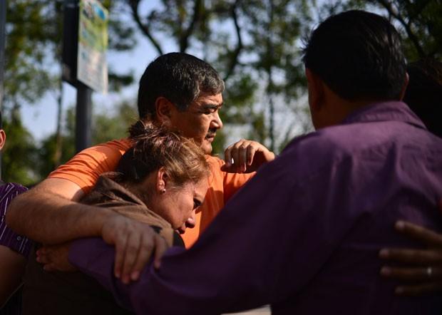 Pessoas se abraçam após abandonarem suas casas na Cidade do México devido ao terremoto que atingiu a região (Foto: Yuri Cortez/AFP)