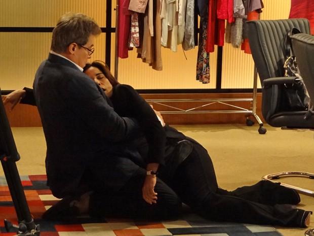 Roberta leva um susto com o barulho da explosão e desmaia nos braços de Felipe (Foto: Guerra dos Sexos/ TV Globo)