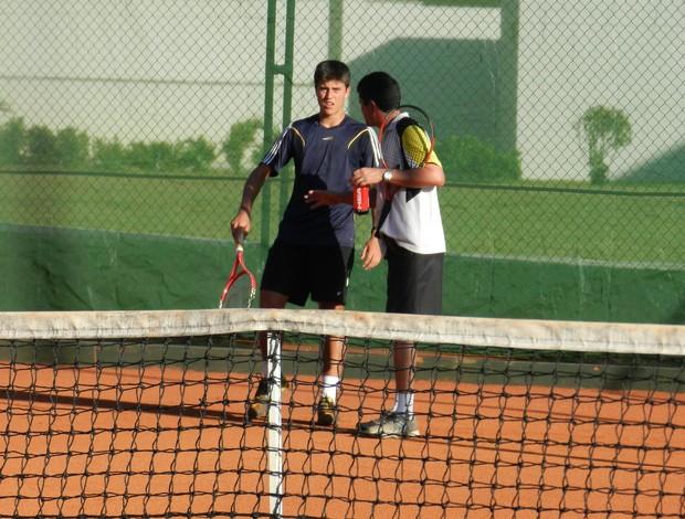 João Lucas conversa com José Arnoldo durante treinamentos (Foto: Felipe Santos/GLOBOESPORTE.COM)