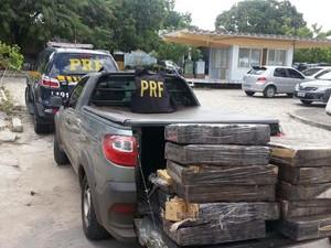Droga estava dentro de um carro que foi abandonado pelos condutores (Foto: PRF-CE/Divulgação)