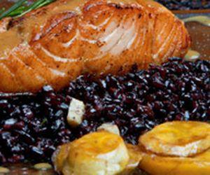 Arroz negro com salmão ao molho de taperebá e banana-da-terra