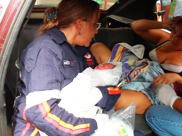 Samu atendeu mãe e bebê logo após o nascimento dentro do carro (Foto: Walter Paparazzo/G1)