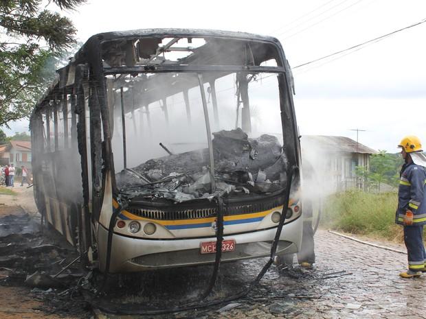 Ônibus foi incendiado em Rio do Sul por volta de 12h50 desta sexta (6) (Foto: Jari Silva / AVN)