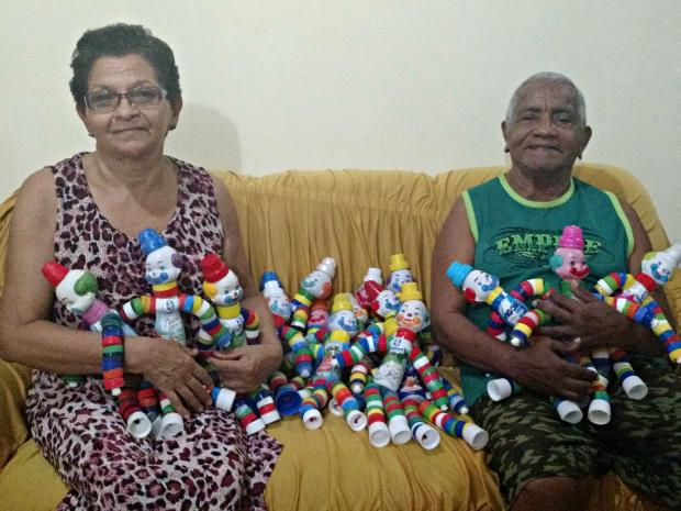 Casal vai entregar 50 bonecos no Dia das Crianças (Foto: Iryá Rodrigues/G1)