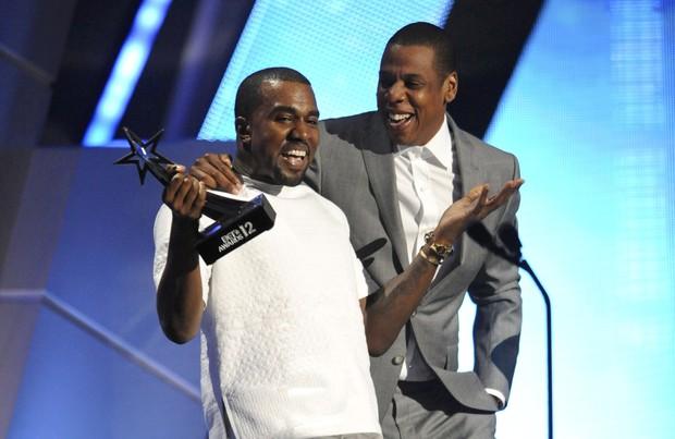 Kanye West e Jay-Z recebem o prêmio de melhor grupo no BET Awards, em Los Angeles, nos Estados Unidos (Foto: Reuters/ Agência)