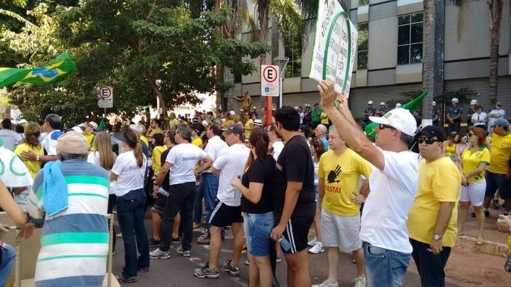Manifestantes em São José do Rio Preto carregam faixas e vestem verde e amarelo