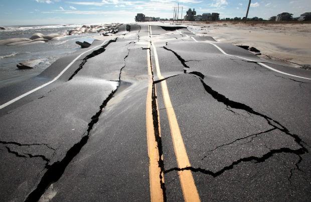 A tempestade Sandy causou devastação nos Estados Unidos. Na Carolina do Norte, estradas foram destruídas. (Foto: The Virginian-Pilot, Steve Earley)/AP)