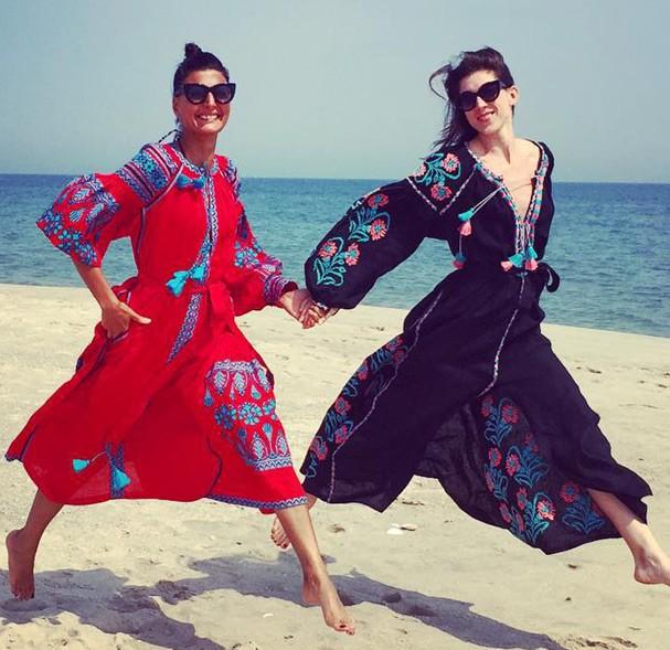 Giovanna Battaglia e Erin Hazelton usam a peça até na praia. Super pode!  (Foto: Reprodução/ Instagram)
