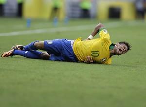 Neymar é derrubado em falta cometida pelo jogador mexicano Andrés Guardado (Foto: AP Photo/Natacha Pisarenko)