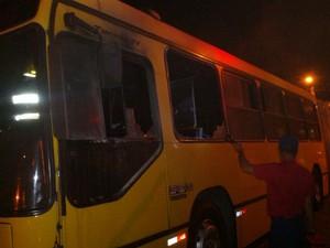 Na madrugada de segunda, fogo atingiu parte dianteita do ônibus em Navegantes (Foto: Corpo de Bombeiros Militar/Divulgação)