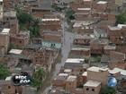 Moradores que ficaram 'ilhados' são retirados em bote no bairro de Pirajá