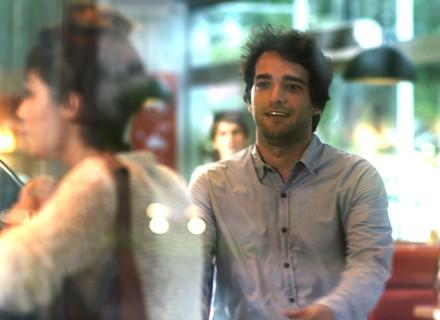 Tiago vê garota parecida com Isabela na rua e corre para falar com ela