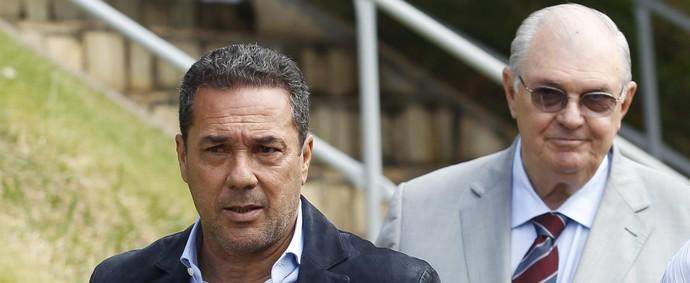 Vanderlei Luxemburgo é apresentado pelo presidente do Cruzeiro Gilvan de Pinho Tavares (Foto: Washington Alves/Light Press/Cruzeiro)