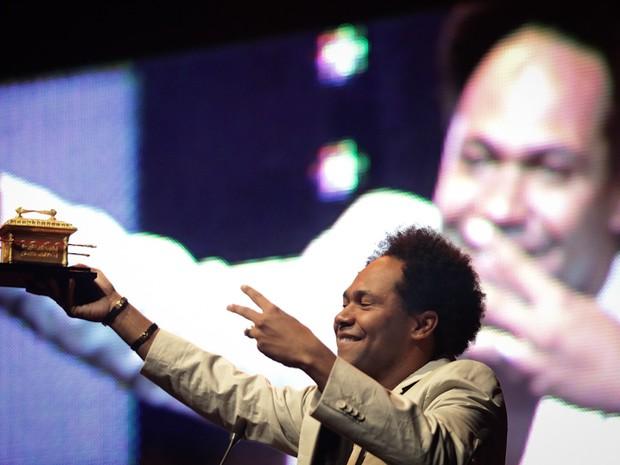 O cantor Thalles Roberto, grande vencedor da segunda edição do Troféu Promessas, nesta quarta-feira (5), em SP (Foto: Caio Kenji\G1)