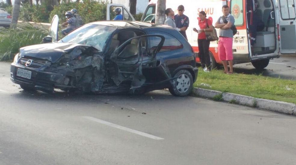 Motorista ficou ferido após perder o controle do carro na Avenida Leste-Oeste, em Fortaleza (Foto: Reprodução/TV Verdes Mares)