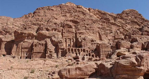 Esta cidade histórica e arqueológica no sul da Jordânia se distingue pela arquitetura esculpida diretamente na rocha (Foto: BBC)