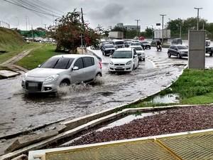 Área entre as avenidas Nilton Lins e Torquato Tapajós ficou alagada (Foto: Divulgação/Manaustrans)
