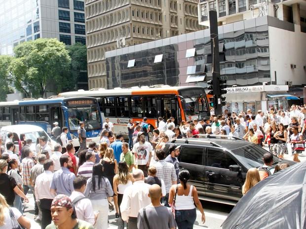 Pedestres atravessam faixa em meio ao local do engavetamento na Avenida Paulista (Foto: Mariana Topfstedt/Sigmapress/Estadão Conteúdo)