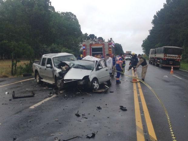 Carro em que o casal estava bateu de frente com uma caminhonete, na BR-373, no Paraná (Foto: Wesley Cunha/RPC TV)