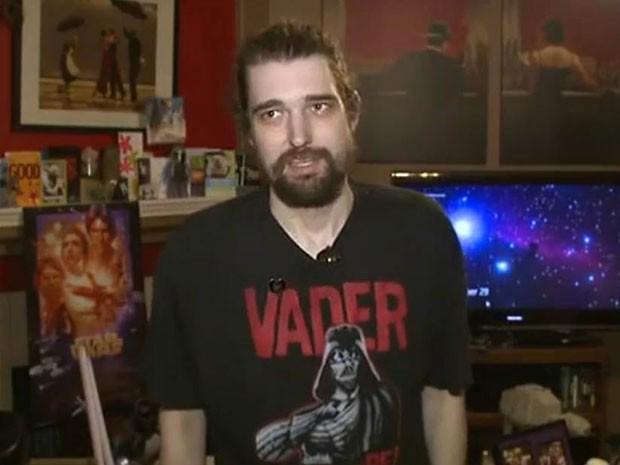 O americano Daniel Fleetwood, de 32 anos, fã de 'Star wars', durante entrevista à afiliada da NBC; com câncer terminal, ele lançou campanha para assistir, antes da estreia, ao mais recente episódio da franquia, que entra em cartaz em 18 de dezembro  (Foto: Reprodução/NBC)
