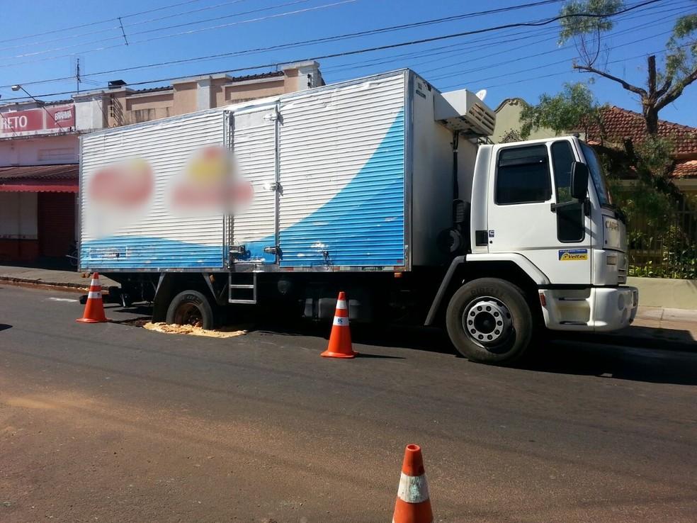 Rodas traseiras do caminhão ficaram presas em buraco em Avaré (Foto: Arquivo Pessoal/Roberto Melo)