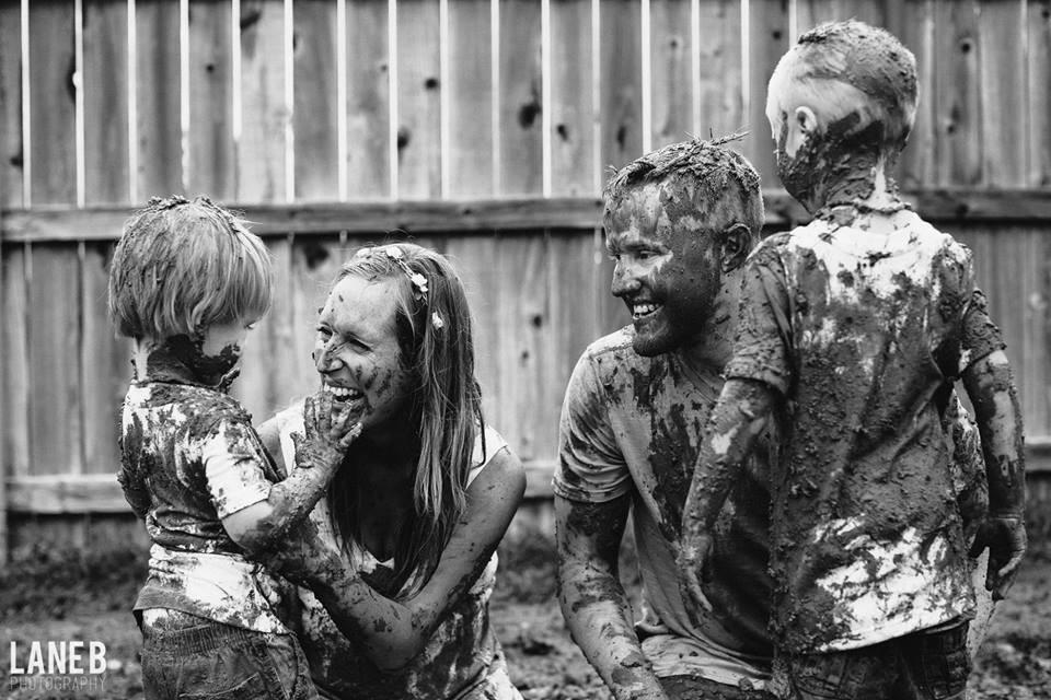 Família em ensaio fotográfico sob chuva (Foto: Reprodução Facebook Love What Matters)