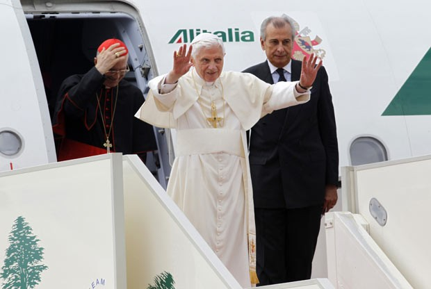 O papa Bento XVI desembarca nesta sexta-feira (14) em Beirute, no Líbano (Foto: AFP)
